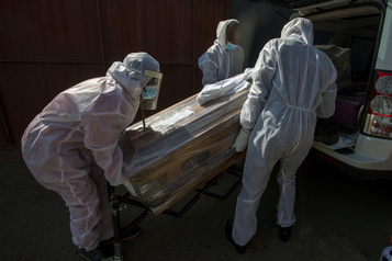 Bilan de la pandémie dans le monde Plus de 1005900morts de la COVID-19)