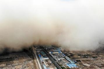 Chine?: une immense tempête de sable ??avale?? une ville)