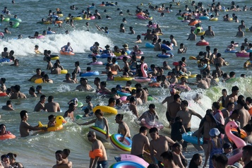 À la plage en Chine, c'est «jamais sans ma bouée»