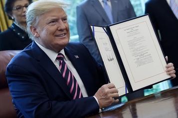 COVID-19: Donald Trump signe un programme d'aide aux coronavirus de plusieurs milliards de dollars