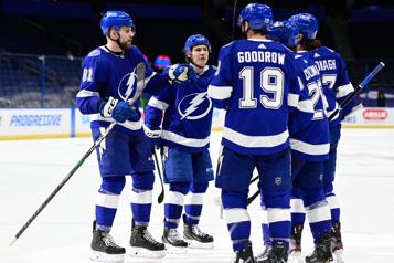 Le Lightning balaie la série de deux matchs contre les Blackhawks)