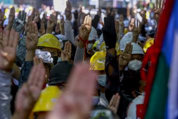 Birmanie Nouvelles manifestations, appel à un embargo sur les armes)