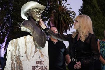 Un buste à l'effigie de Burt Reynolds dévoilé)
