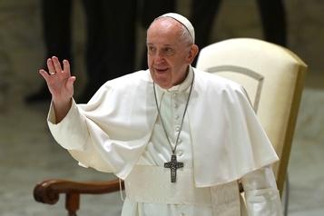 COVID-19 Le pape change ses habitudes et salue les fidèles de loin)