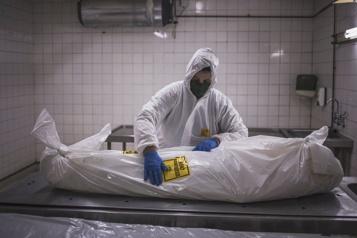Bilan de la pandémie Près de 2100000morts dans le monde)