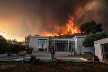 Un violent incendie laisse des scènes de désolation à Marseille)