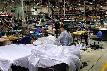 Des entreprises québécoises passent des chandails de la LNH au matériel médical