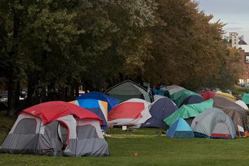 Campement de sans-abri Notre-Dame «Ils veulent une place au chaud, mais les abris sontpleins»)