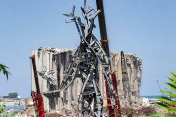 Liban Une sculpture faite de débris de l'explosion installée dans le port de Beyrouth)