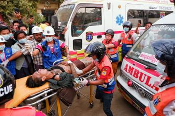 Manifestations en Birmanie Les tirs de la police font deux morts et une trentaine de blessés)