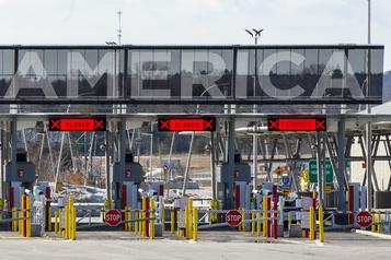L'économie américaine, à genoux, s'améliore lentement avec les réouvertures)