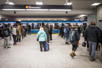 Un gaz irritant cause une interruption sur trois lignes du métro