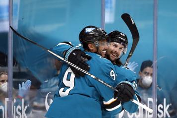 Evander Kane permet aux Sharks de l'emporter face aux Blues)