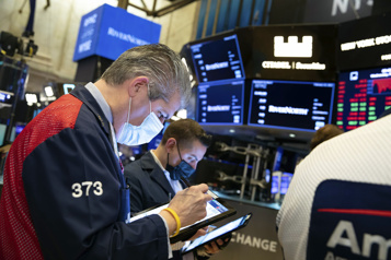 Wall Street recule au lendemain d'un record du Dow Jones)