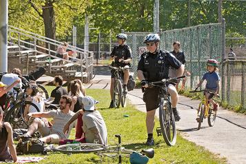 Les policiers ont les parcs à l'œil)