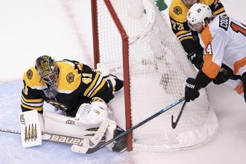 Hart et les Flyers triomphent 4-1 face aux Bruins)