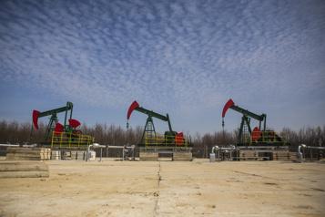 Le pétrole regagne un peu du terrain perdu lundi)