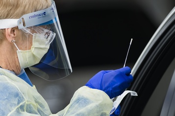 Dépistage de la COVID-19 en Ontario Les personnes à faible risque ne doivent plus se faire tester dans les cliniques)