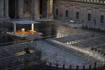 Le pape prie seul sur la place Saint-Pierre
