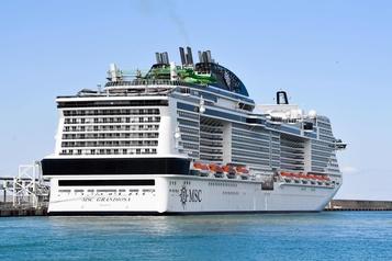 Le premier grand navire de croisière reprend la mer en Méditerranée)