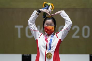 Tir à la carabine à air comprimé La Chinoise Yang Qian remporte la première médaille d'or des Jeux de Tokyo)
