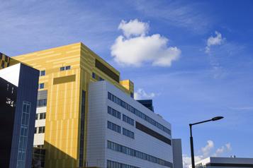 Hausse des hospitalisations Des patients adultes à l'Hôpital de Montréal pour enfants)