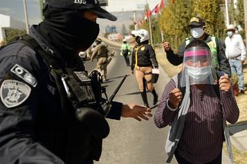 Une veuve blâme le président péruvien pour la mort de son mari de la COVID-19)