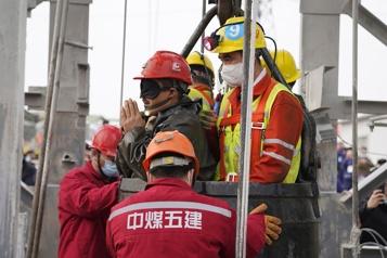 Chine Onze mineurs coincés sous terre depuis deux semaines secourus)