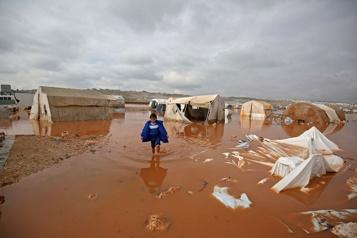 Syrie La pluie transforme les camps de déplacés en lacs boueux, un enfant mort)
