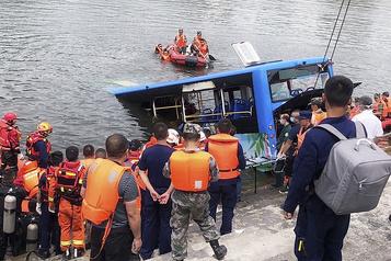 Chine: un autobus plonge dans un lac, au moins 21 morts)