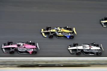L'Indy500 devant des gradins vides )