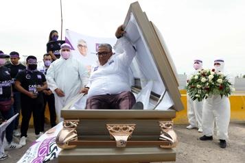 Un candidat mexicain lance sa campagne à l'intérieur d'un cercueil )