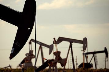 Le pétrole clôture en baisse