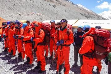 Des scientifiques chinois sur l'Everest pour le mesurer)