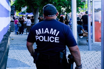 Quatre policiers de Miami suspendus pour force excessive)