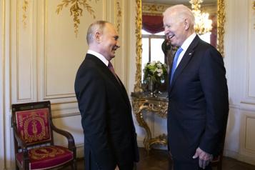 Biden et Poutine vantent leurs échanges constructifs et jouent l'apaisement)
