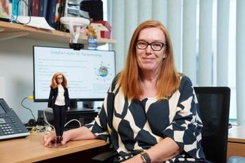 COVID-19 Une Barbie à l'effigie de la co-créatrice du vaccin d'AstraZeneca)