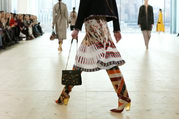Fini le décalage, des designers vont présenter des vêtements de saison)