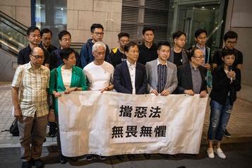 Hong Kong: trois parlementaires pro-démocratie arrêtés, quatre autres menacés