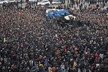 Nouvelles manifestations en Arménie, où la crise s'aggrave)