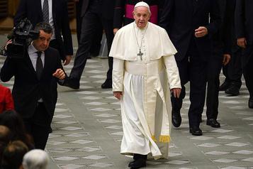 Prêtres mariés: le manque d'audace du pape calme ses opposants, irrite les progressistes