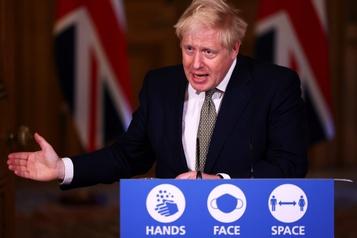 COVID-19 Le gouvernement de Boris Johnson maintient son approche locale)