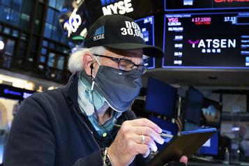 Wall Street termine en baisse, mais conclut son meilleur mois depuis 1987)