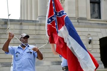 Le Mississippi retire de son capitole son drapeau au symbole confédéré)