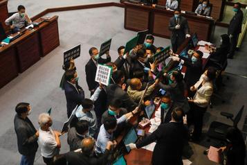 Pékin veut accroître un peu plus son autorité sur Hong Kong)