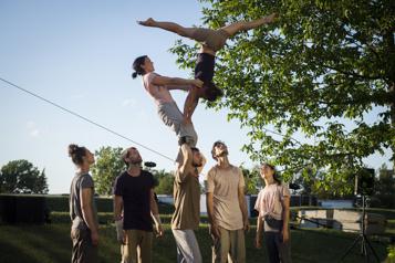 Montréal Complètement Cirque Branché: pieds nus dans l'herbe ★★★★)