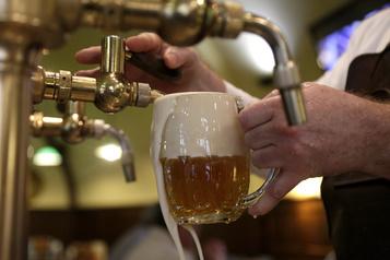 Les clients et le personnel des bars de Montréal appelés à se faire dépister)