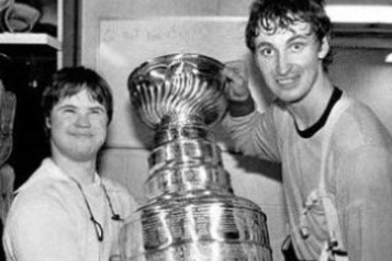 Wayne Gretzky rend hommage à Joey Moss)