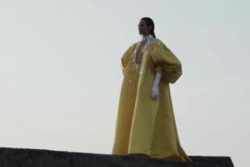 Les robes haute couture de Stéphane Rolland sur la plage à Biarritz)