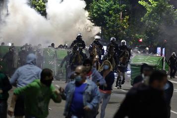 Serbie: violentes manifestations anti-couvre-feu à Belgrade)